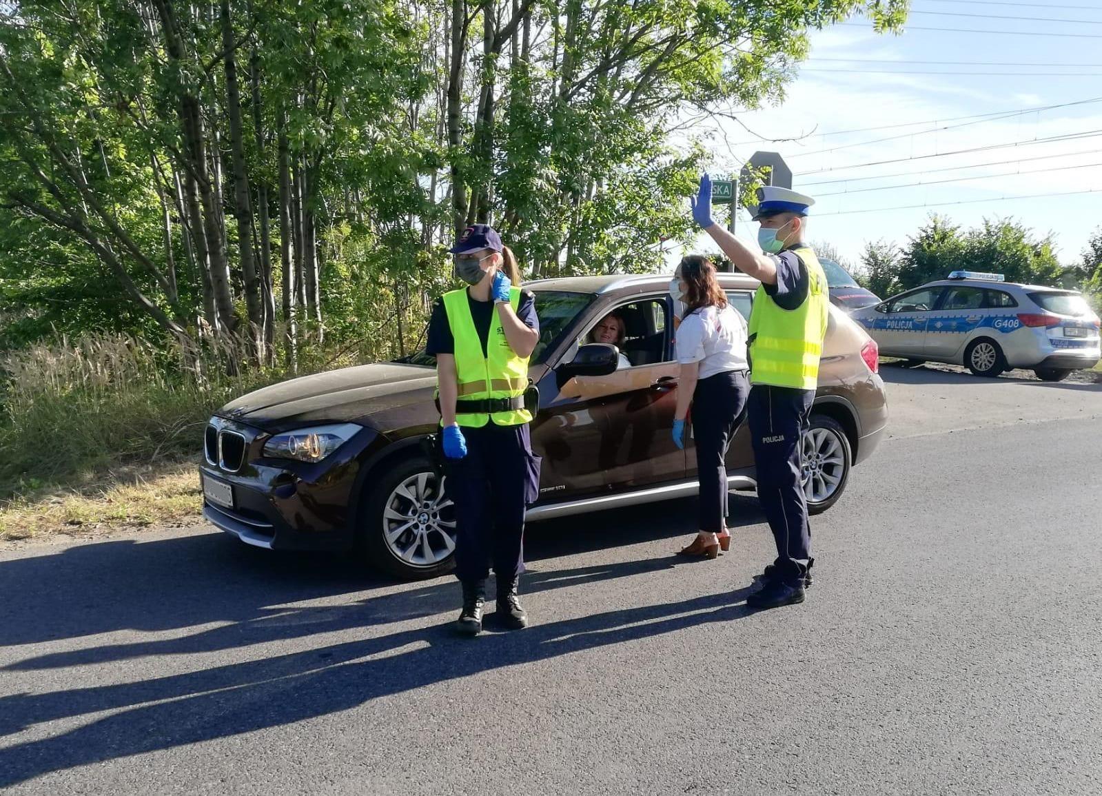 KPP Oświęcim ostatnia wakacyjna akcja policjant zatrzymuje samochod do akcji