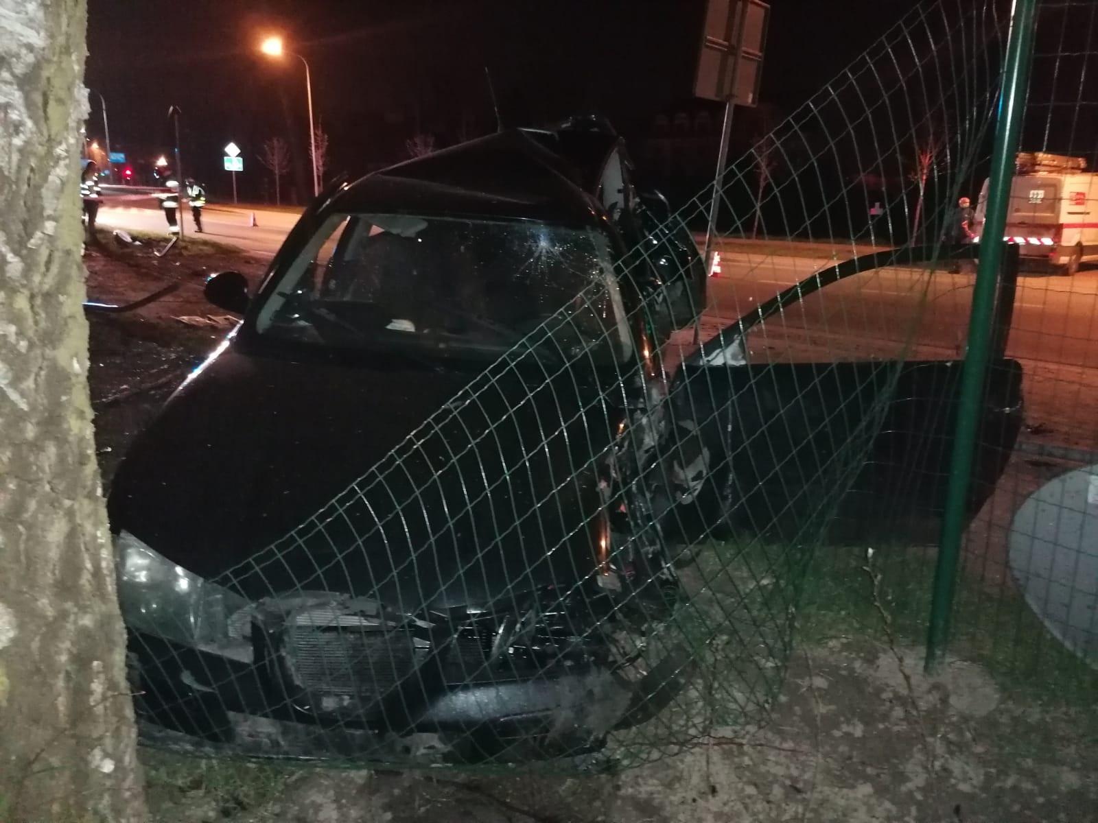 KPP Oświęcim. Wypadek drogowy seat uderzył w ogrodzenie i drzewo widok z przodu