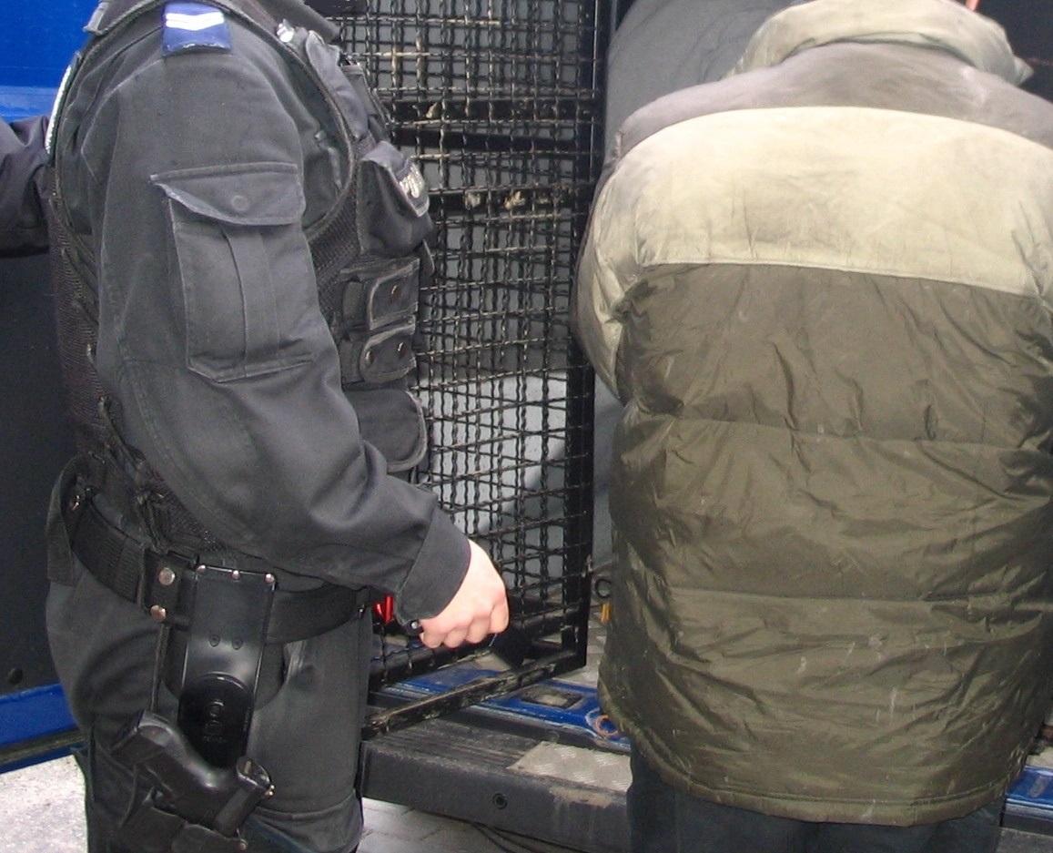 KPP Oświęcim Policjant i zatrzymany przy radiowozie