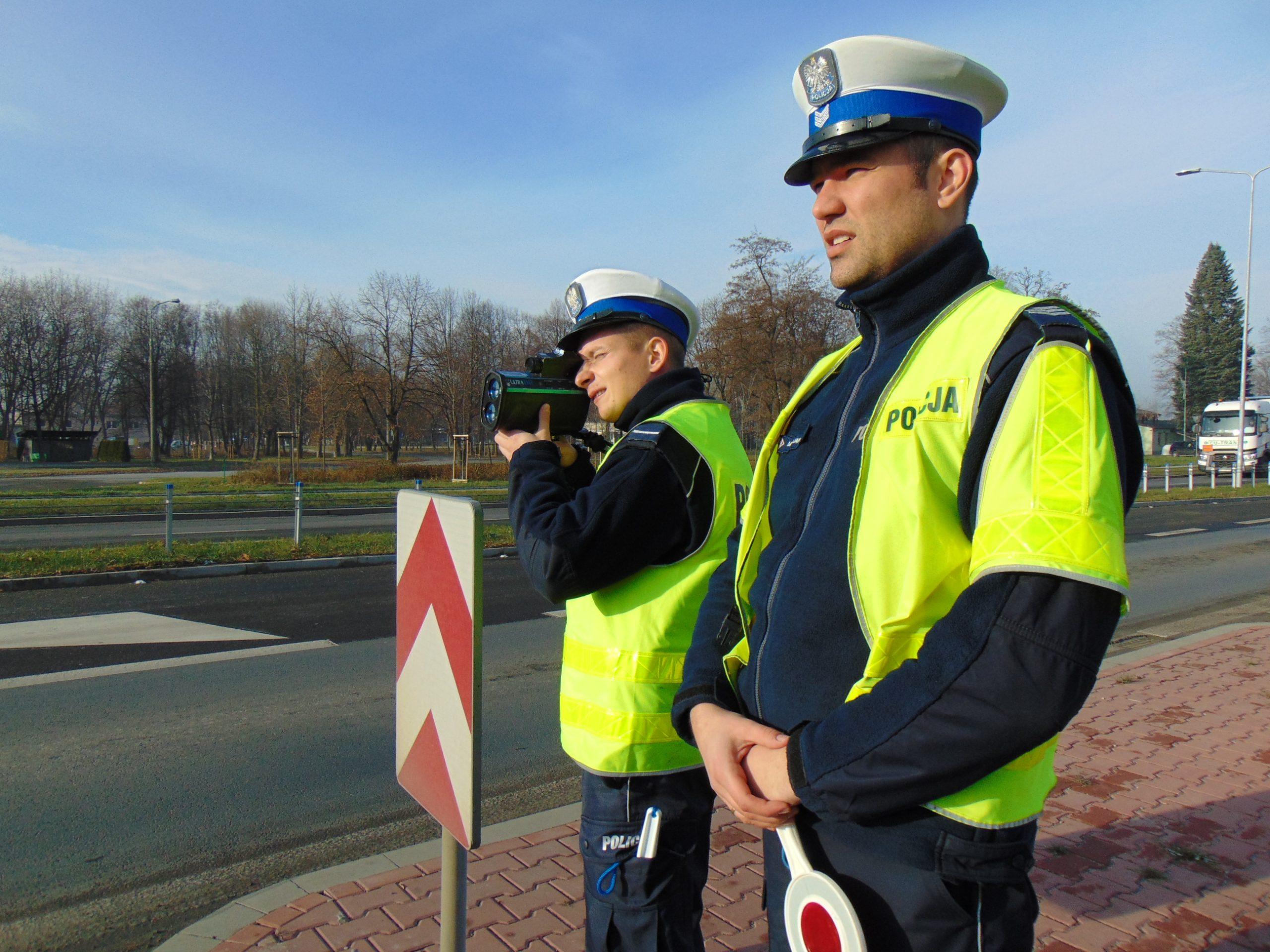 KPP Oświęcim Policjanci drogówki kontrolują prędkosc