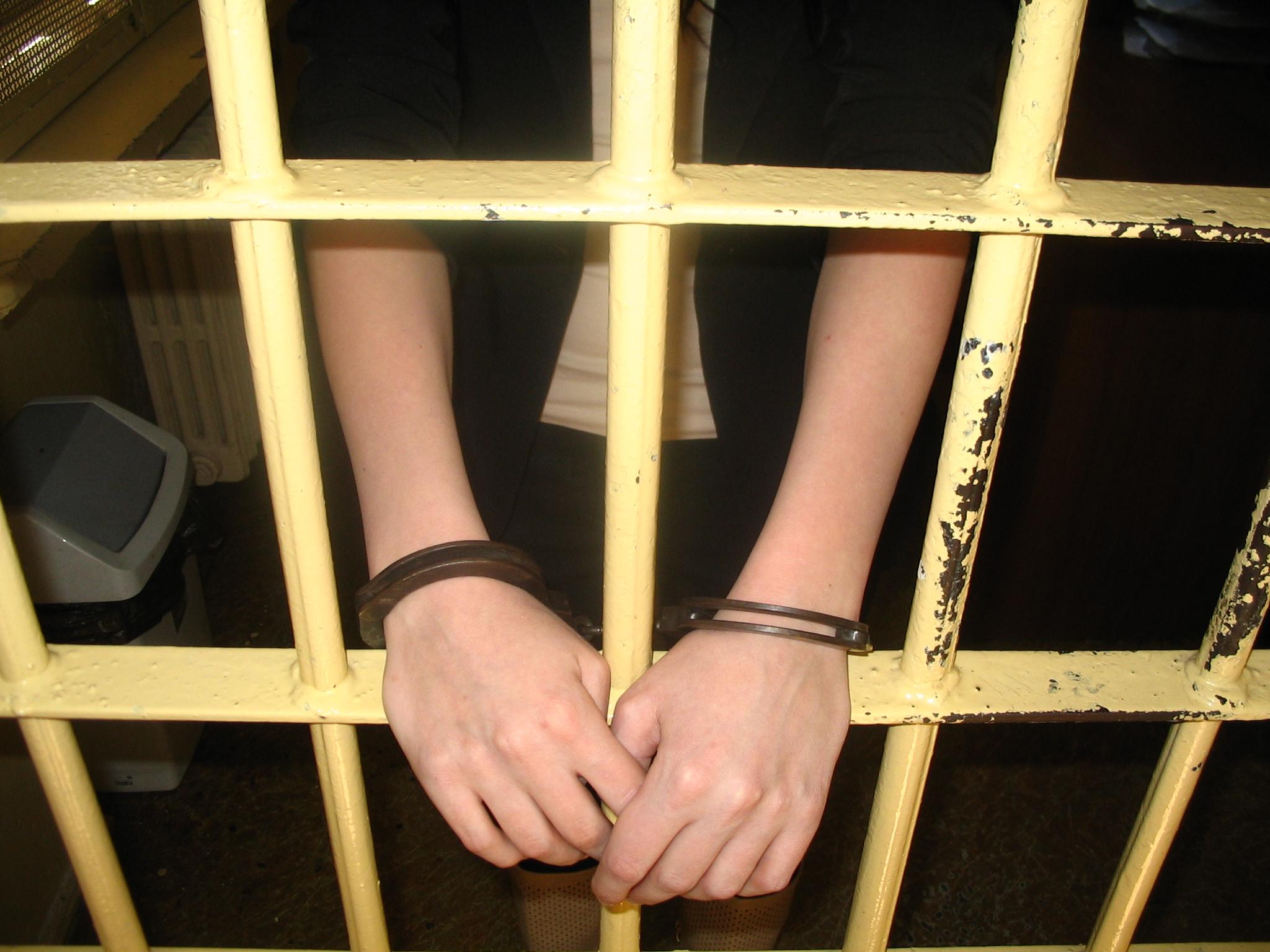 KPP Oświęcim kobieta zatrzymana w kajdankach za kratami